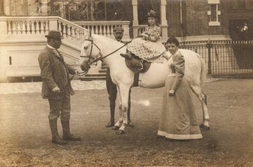 La photo ci-dessus le représente à gauche avec son épouse et leur fille cadette Suzanne. Dans le partage des biens, c'est la fille aînée d'Auguste Crombez qui hérita de la Marlière : Marie Madeleine qui avait épousé Ferdinand François Costa de Saint Genix de Beauregard.