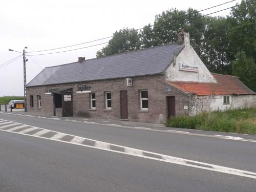 La maison du crime, état actuel. A droite le magasin au charbon comme décrit sur le plan. La porte, entre les fenêtres, est la porte d'accès à la pièce de la maison où l'agression a eu lieu.