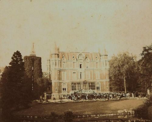 La photo ci-dessus représente le château en 1907[9] à l'occasion d'une fête organisée pour les villageois après le mariage de Raymond Crombez Rémond de Montmort. La tour décrite dans la tournée de 1883 se trouve à gauche entourée de lierre.