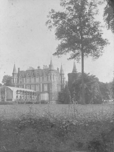 La figure ci-dessus[5] qui représente le château sans doute au début du XXè siècle, montre très bien la façade arrière du château avec le jardin d'hiver enjambant les douves.