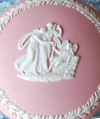 Un plat en porcelaine de Wedgwood