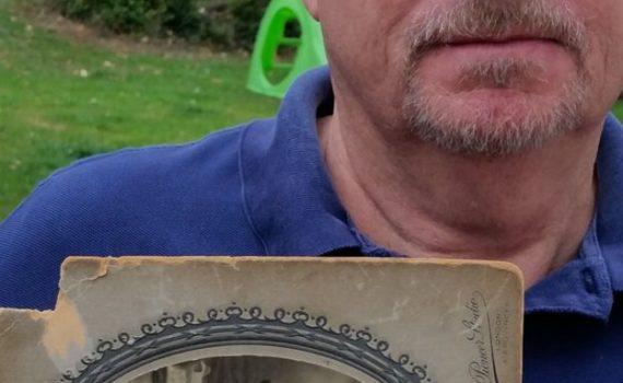 Orcq.be - Chris Barber avec une photo de son parent John Barbe